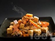 Задушено вегетарианско тофу с гъби по китайски и зеленчуци на уок тиган